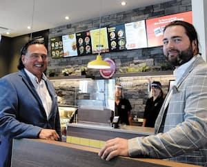 Jean Benny, président-directeur général de Benny&Co. et Marc-Antoine Benny, directeur des achats corporatifs, étaient de passage dans la capitale nationale, lundi, à l'occasion de l'ouverture d'un restaurant dans l'arrondissement Charlesbourg.