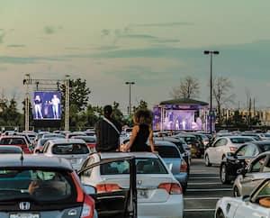 Les Grandes Crues ont animé la première soirée de FAUV, vendredi. Plus de 400 véhicules étaient présents pour leur second spectacle à l'aéroport Montréal-Trudeau.