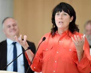 Sophie Brochu, présidente et cheffe de la direction d'Hydro-Québec, lors d'une annonce du ministre de l'Énergie et des Ressources naturelles, Jonathan Julien, concernant les tarifs d'électricité pour les serres, à Québec, en juillet2020.