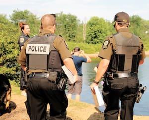 Ci-dessus, on voit les autorités à l'œuvre, vendredi, sur les lieux du drame, près la rivière Jacques-Cartier, à Shannon. La dépouille de l'homme emporté par les eaux a finalement été retrouvée samedi.