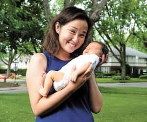 Mai Duong en compagnie de la petite Béatrice Stesin, âgée de trois jours. «C'est un bébé miracle», dit-elle.
