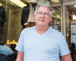 Même si le port du masque est fortement suggéré, Owen Stroll, de Pantalons Supérieurs, à Montréal, n'en porte pas, car il le juge trop chaud et désagréable. Il n'apprécie pas que ses clients et lui doivent porter un couvre-visage dès samedi dans sa boutique.