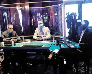 Aux tables, les joueurs ne pourront plus toucher aux cartes ni aux jetons. Afin de respecter les mesures sanitaires, il n'y aura que trois joueurs par table au lieu de sept. Des panneaux de protection ont également été installés entre les croupiers et les employés.