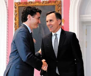 Justin Trudeau et le ministre des Finances, Bill Morneau, photographiés ici se serrant la main, font face à une enquête du commissaire à l'éthique dans l'affaire WE Charity, que les libéraux qualifient de «pseudo-scandale éthique».