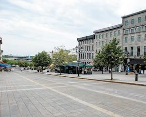 Lieu habituel de rendez-vous des touristes, la place Jacques-Cartier dans le Vieux-Montréal était déserte jeudi après-midi.