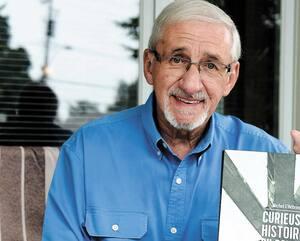 Michel L'Hébreux signe son septième livre sur le pont de Québec. Il a consacré une grande partie de sa vie à faire mieux connaître l'ouvrage patrimonial. Sur la table, on voit des morceaux de la structure.