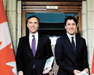 Bill Morneau accompagné de Justin Trudeau en 2018.