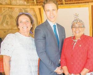 Margaret Trudeau (à gauche),lecofondateur de WE Charity, Craig Kielburger, la première dame du Kenya,Margaret Kenyatta, et l'ex-première ministre du Canada Kim Campbell lors de l'inauguration d'un collège WE.