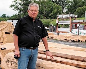 Bruno Lavoie, propriétaire de BMR Matériaux Lavoie à Lévis, n'a jamais vu un engouement aussi fort pour les matériaux comme le bois traité. «Nos délais de livraison sont à plus d'une semaine, ce qu'on ne fait jamais. Et si tu manques ta chance, un autre prend la place tout de suite.»