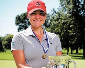 Toute souriante, Brigitte Thibault pose avec le trophée remporté à la 120e édition du prestigieux tournoi amateur du Women Western Amateur Championship présenté au club de golf Prestwick près de Chicago.
