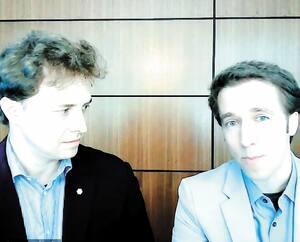 Les fondateurs de We Charity, Marc Kielburger, à gauche, et son frère Craig, étaient en visioconférence pendant leur témoignage de mardi après-midi.