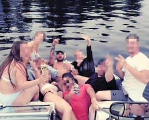 Quelques instants avant de sombrer dans le réservoir Baskatong, Jimmy Aubry-Dicaire (au centre) festoyait avec sa bande d'amis sur cette embarcation.