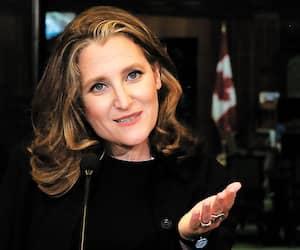 Dans le remaniement ministériel du gouvernement Trudeau de mardi imposé par la démission de Bill Morneau, la déjà importante vice-première ministre Chrystia Freeland prend aussi le siège de M.Morneau comme ministre des Finances.