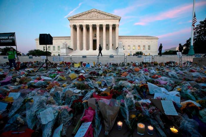 Plusieurs personnes ont déposé des fleurs devant la Cour suprême des États-Unis en hommage à la juge Ruth Bader Ginsburg, décédée vendredi dernier.