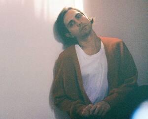 Le chanteur Peter Peter est de retour avec Super comédie, le quatrième album de sa carrière.
