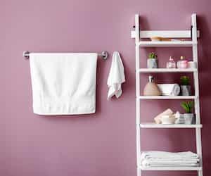 Pour une salle de bains toujours fraîche, on étend les serviettes séparément.