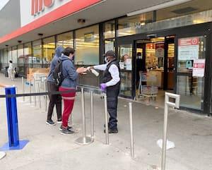 Les mesures de sécurité pourraient être accrues dans les supermarchés des zones rouges, comme à cet établissementde l'enseigne Metro, de l'avenue Côte-des-Neiges, à Montréal.