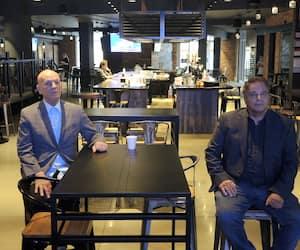 Le président de l'Union des tenanciers de bars du Québec, Peter Sergakis (à gauche), et le président de la Corporation des propriétaires de bars, brasseries et tavernes du Québec, Renaud Poulin.
