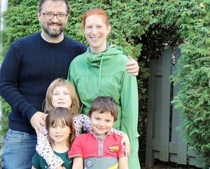 DominiqueFavreau (38 ans), sa femme, Karine (34 ans),et ses enfants, Élizabeth (6ans), Émile (5 ans) et Édouard (3 ans), qui sont déjà économes,ont réussi à épargner des milliers de dollars de plus avec la pandémie. On les voit ici à Laval, mercredi dernier.