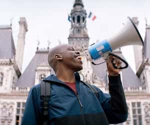 Jean-Pascal Zadi dans la comédie <em>Tout simplement noir</em>.