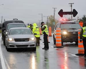 Les policiers de la Sûreté du Québec ont déployé un barrage vendredi sur la route 138, à Saint-Tite-des-Caps, en direction de Charlevoix.