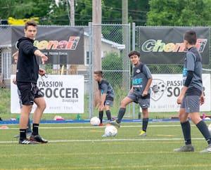 Les matchs de sports collectifs, comme le soccer ou le football, seront interdits pour au moins un mois en zone rouge, comme ici à Blainville, où l'on voyait des jeunes lors d'un entraînement, le 9 juin.