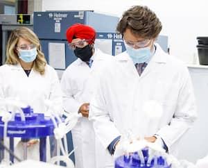 Une partie des vaccins utilisés au Canada seront produits à Montréaldans des installations fédérales que le premier ministre Justin Trudeau a visitées récemment.