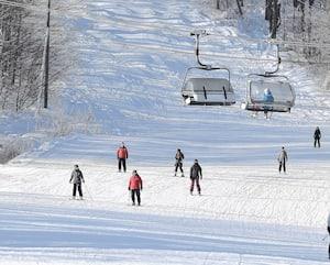 Les amateurs de glisse qui fréquenteront une station de ski située en zone rouge devront chausser leurs bottes dans la voiture.