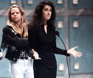 Le 21 octobre 1990, Céline Dion refusait le Félix de l'Artiste anglophone de l'année au gala de l'ADISQ. Derrière, Rick Hughes, qui avait présenté la catégorie avec Claudette Dion.