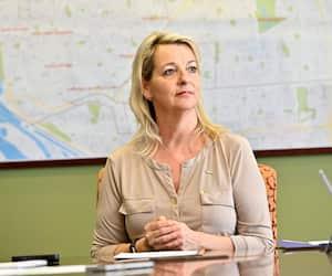 La mairesse de Longueuil, Sylvie Parent, est l'élue municipale la mieux payée au Québec, mais elle a également subi de sérieuses insultes et menaces l'an dernier dans le dossier de l'abattage des cerfs.