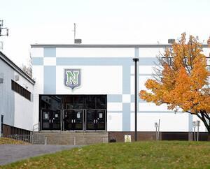 À l'école secondaire de Neufchâtel, à Québec, six groupes d'élèves sont présentement fermés en raison de cas de COVID-19.