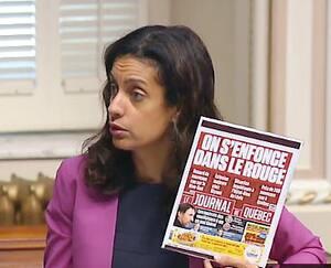 La cheffe de l'opposition officielle, Dominique Anglade, a brandi la une du Journal de Québec, à l'Assemblée nationale, jeudi. Elle a accusé le gouvernement Legault de s'être mal préparé pour faire face à la deuxième vague de COVID-19.