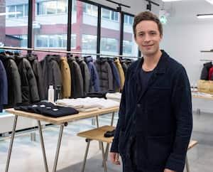 Jean-Philippe Robert, patron de Quartz Co., dans son magasin du Mile-End, à Montréal. Sa PME fabrique des manteaux vendus partout sur la planète, notamment au Japon et en Allemagne.