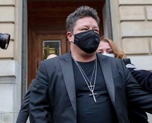 Le chanteur Éric Lapointe n'a pas voulu faire de commentaire à sa sortie de la cour municipale de Montréal, mardi, juste après avoir obtenu une absolution conditionnelle pour avoir violenté une femme, à la suite de son party d'anniversaire en septembre 2019.