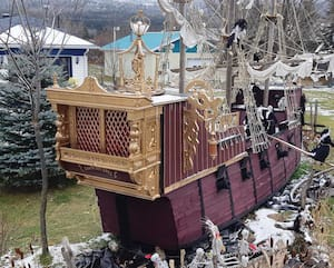 Marc Malenfant a utilisé des matériaux recyclés, comme des palettes de bois et même un harmonium d'église pour réaliser le navire inspiré des galions espagnols.