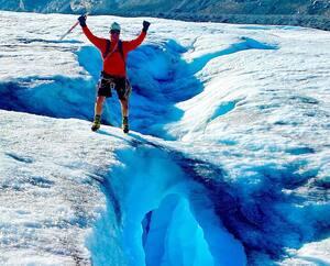 François-Guy Thivierge a savouré un moment près d'un pont de glace sur le glacier de Columbia. La montée de Castle Mountain a été dédiée, comme par ses expéditions passées, à un partenaire. C'est cette fois l'entreprise de Québec Silicycle qu'il a tenu à remercier.