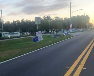 À Orlando, en Floride, les terrains de bureaux de vote sont criblés de pancartes en faveur des différents candidats.