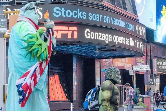 L'annonce de Pfizer et BioNTech sur l'espoir d'un vaccin a provoqué un bond des Bourses mondiales, hier, comme l'affichait ce panneau électronique de Times Square, à New York.