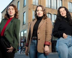 Emma-Félix Laurin, Sabrina Mercier-Ullhorn, Catherine Brassard ont lancé une pétition pour dénoncer l'anglicisation de Montréal.