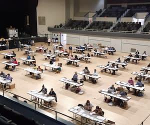 Une armée de travailleurs s'affaire à recompter des bulletins de vote des électeurs du comté de Richmond au Bell Auditorium à Augusta, en Géorgie.