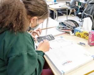 Dans le réseau scolaire québécois, 60% des cas de COVID-19 se retrouvent dans les écoles secondaires.