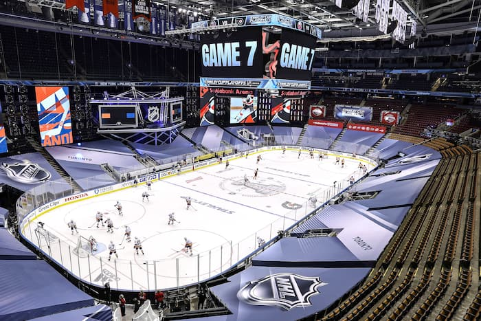 Les amateurs de hockey ne sont pas entichés à regarder des matchs en pleine canicule.