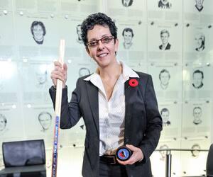 Membre du Temple de la renommée du hockey, Danielle Goyette est une passionnée de l'enseignement.