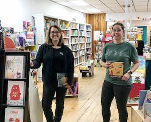 Virginia Houle et Laurianne Lapointe sont propriétaires, avec Karine Cotnoir, de la librairie spécialisée Le Repère à Granby.