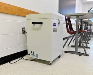 Le Collège Jean-Eudes, à Montréal, a procédé lundi à l'installation de 36 purificateurs d'air fabriqués au Québec dans autant de classes.