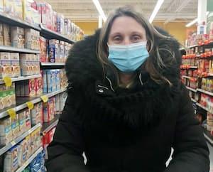 Caroline Gauthier, enseignante, veut s'assurer que son panier ne lui coûte pas trop cher en achetant chez Walmart.