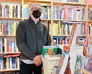 Lecopropriétaire de la librairie Le port de tête, à Montréal,Éric Blackburn, est tout soulagé de rester ouvert jusqu'au 24 décembre.
