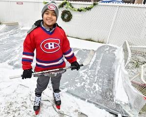 Arthur Herrera-Charbonnier, âgé de 10 ans, a reçu en cadeau de Noël une patinoire dans sa cour de Sainte-Julie, en Montérégie.