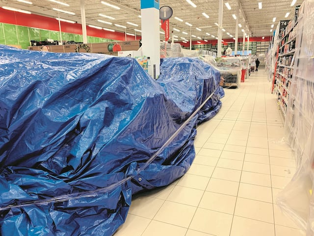 Dans ce Canadian Tire de Québec, des bâches bleues ont été utilisées pour empêcher les clients d'accéder àcertains items.