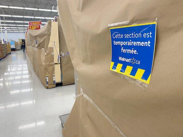 Ce Walmart de Laval a plutôt recouvert ses étalages de papier brun.